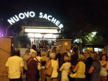 NUOVO-SACHER-ROMA-coda-per-TAXI-TEHERAN-2015