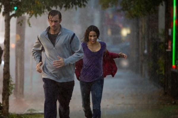 disconnect-alexander-skarsgard-e-paula-patton-corrono-sotto-la-pioggia-scena-del-film-21111110